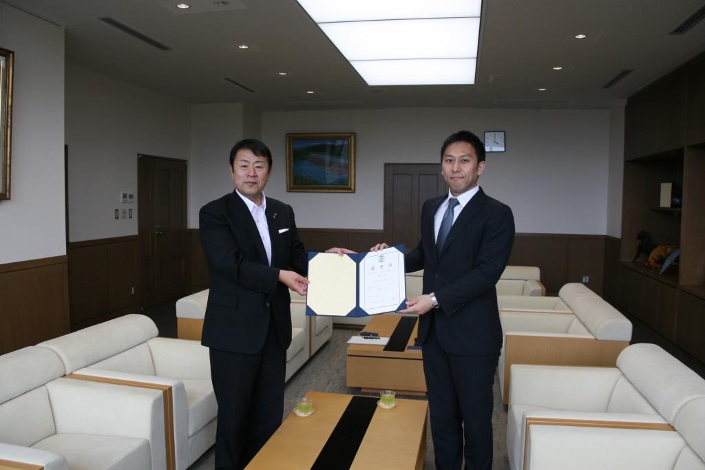 サテライトオフィスを開設した徳島県美馬市にて認定証授与式 ...